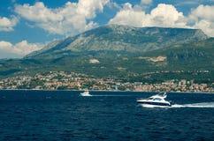 Двигая белые яхты на заливе Boka Kotor около Herceg Novi, Monteneg стоковые изображения rf