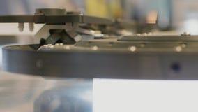 Двигая высокоскоростная конвейерная лента с деталями, производство сток-видео
