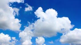 Двигая облака над темно-синим промежутком времени неба акции видеоматериалы