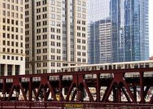 Двигая повышенный поезд el, часть система транзит ` s Чикаго иконического Стоковое Изображение