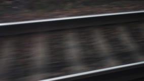 Двигая поезд, рельсы и слиперы в движении железнодорожное сообщение между городами и странами Перемещает мир A видеоматериал