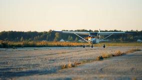 Двигая процесс небольшого воздушного судна вдоль старой взлетно-посадочной дорожки сток-видео