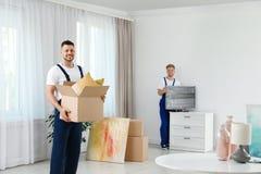 Двигая работники обслуживания упаковывая пожитки стоковые изображения rf