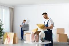 Двигая работники обслуживания упаковывая пожитки стоковое фото rf
