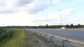 Движение автомобилей и тележек на современном шоссе акции видеоматериалы