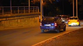 Движение автомобилей около моста Shulyavskiy Вид на город ночи улиц и кораблей сток-видео