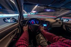 Движение автомобиля на ноче на взгляде скорости от внутренней, гениальной дороги с светами с автомобилем на высокой скорости Стоковое Изображение RF