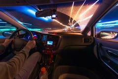 Движение автомобиля на ноче на взгляде скорости от внутренней, гениальной дороги с светами с автомобилем на высокой скорости Стоковое Фото