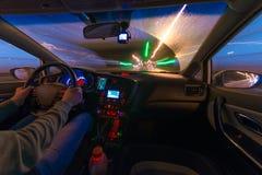 Движение автомобиля на ноче на взгляде скорости от внутренней, гениальной дороги с светами с автомобилем на высокой скорости Стоковое фото RF
