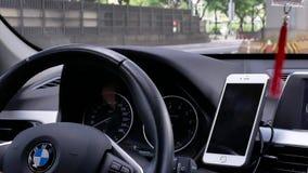 Движение автомобиля останавливая пока светофор поворачивая к красному цвету видеоматериал
