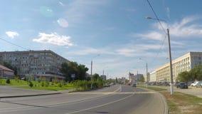Движение автомобилей на дороге города, промежуток времени акции видеоматериалы