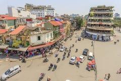 Движение автомобиля и людей в центре города Типичные кафа и рестораны Стоковые Фото