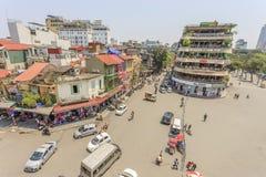 Движение автомобиля и людей в центре города Типичные кафа и рестораны Стоковое Изображение RF