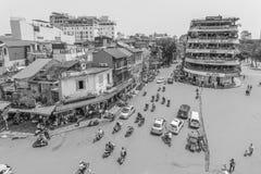 Движение автомобиля и людей в центре города Типичные кафа и рестораны Стоковое фото RF