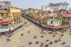 Движение автомобиля и людей в центре города Типичные кафа и рестораны Стоковое Фото