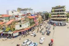 Движение автомобиля и людей в центре города Типичные кафа и рестораны Стоковая Фотография