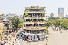 Движение автомобиля и людей в центре города Типичные кафа и рестораны Стоковое Изображение