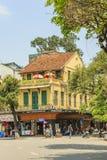 Движение автомобиля и людей в центре города Типичные кафа и рестораны Стоковые Фотографии RF