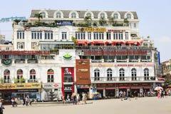 Движение автомобиля и людей в центре города Типичные кафа и рестораны Стоковые Изображения RF