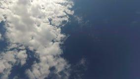 Движение белых облаков против голубого неба видеоматериал