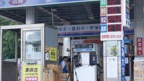 Движение бензоколонки и ценника на стене
