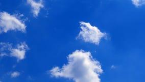 Движение белых облаков видеоматериал