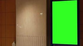 Движение большой зеленой афиши экрана около санузла видеоматериал