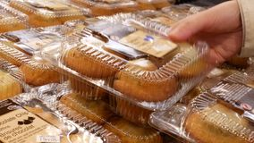 Движение булочки людей покупая внутри магазина Walmart
