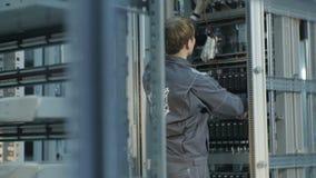 Движение вдоль шкафов и техников взгляда задней стороны на ферме минирования сток-видео