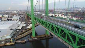 Движение вида с воздуха на PA Филадельфии моста Walt Whitman акции видеоматериалы