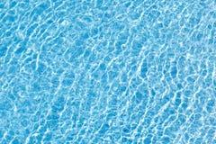 Движение воды в голубом бассейне с слепимостью солнца изображение энергии принципиальной схемы предпосылки стоковая фотография