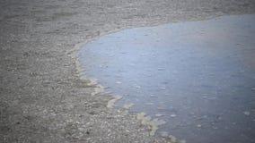 Движение воды к берегу Ветер управляет водой которая затопляет берег сток-видео