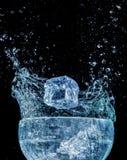Движение выплеска волны воды сини кубика льда стоковые фото