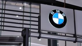 Движение выставочного зала дилерских полномочий автомобиля с логотипом BMW