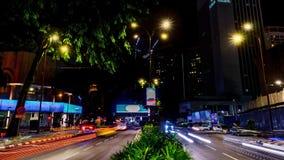 Движение в городе Промежуток времени бульвара 4K, ноча Пропускать плотного движения с запачканным движением сумрак видеоматериал