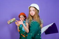 Движение в новой квартире Сестры детей бегут реновация их комната Процесс реновации контроля Восстанавливать сестер счастливый стоковая фотография