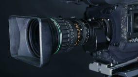 Движение вдоль профессиональной камеры студии, casmcoder стоя в студии ТВ готовой для передавать сток-видео