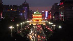 """Движение в районе центра города около колокольни, XI """", Шэньси, фарфор сток-видео"""