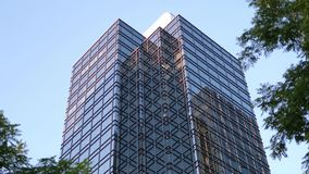 Движение голубого неба с загоренным отраженным стеклянным фасадом видеоматериал