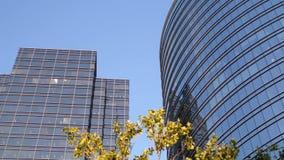 Движение голубого неба с загоренным отраженным стеклянным фасадом акции видеоматериалы