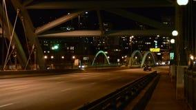 Движение города на ноче сток-видео