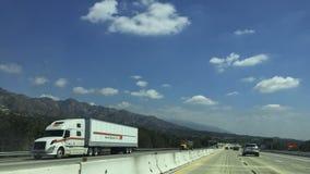 Движение главного шоссе через Sunland-Tujunga, CA Стоковое фото RF