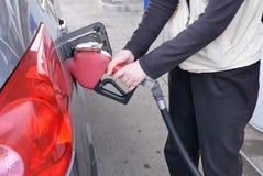 Движение женщины вводя ручку от отверстия автомобиля стоковое фото
