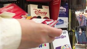 Движение женщины выбирая 50 Дисней долларов карточки подарка сток-видео