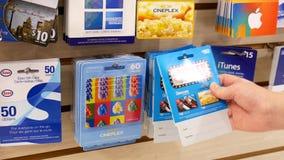 Движение женщины выбирая 80 и 60 cineplex долларов карточки подарка видеоматериал