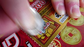 Движение женщины царапая билет лотереи на разделе бонуса сток-видео