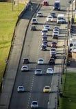 Движение - занятая дорога с автомобилями на часе пик Стоковое Фото
