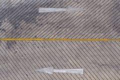 движение знака красных тесемок указателя рамки крюковины грубое деревянное Стоковые Фотографии RF