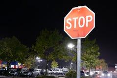 Движение знака стопа перед местом для стоянки на идти дождь ноча Стоковое Фото