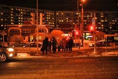 Движение и пешеходы ночи на улице в зиме стоковое изображение rf